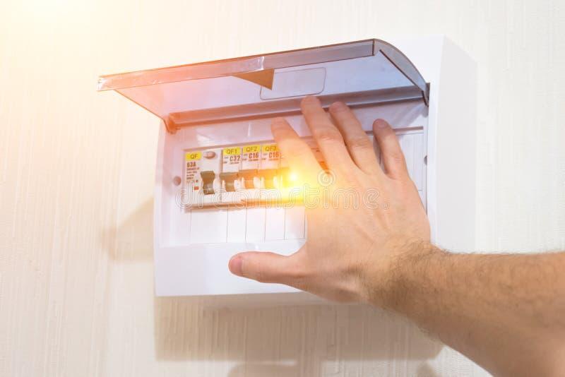 Ochrona ustawia switchboard elektryczna instalacja, zmiana ręki porażeniem prądem dalej fotografia royalty free