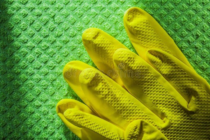 Ochronne rękawiczki na czyści washcloth obraz royalty free