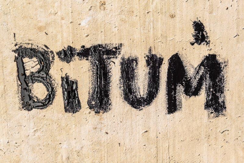 Ochronny bitumu mastyks na betonowym bruku Bitum - czarny bitumiczny s?owo fotografia royalty free