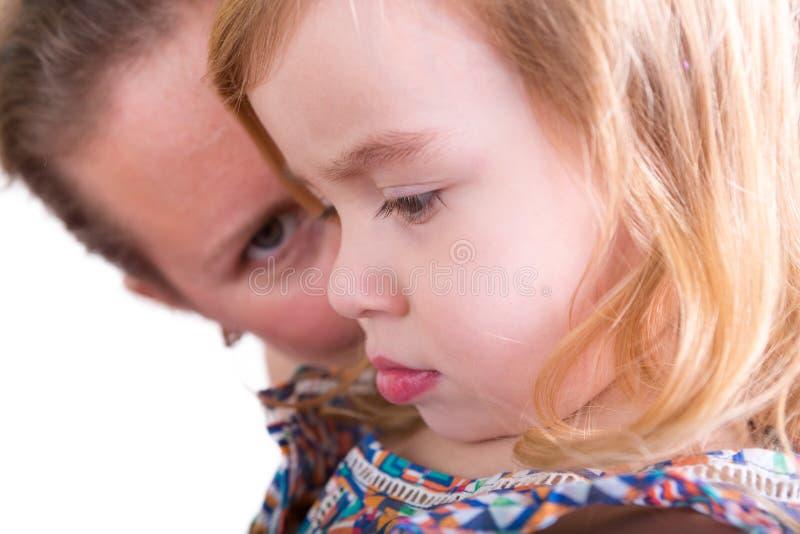 Ochronny macierzysty dopatrywanie jej mała córka obrazy royalty free