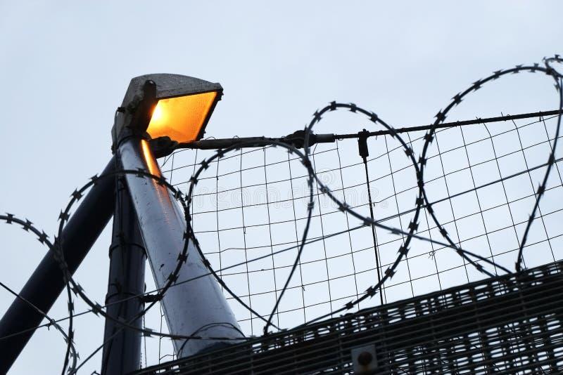 Ochrony żyletki druciany ogrodzenie i oświetlenie zdjęcie royalty free