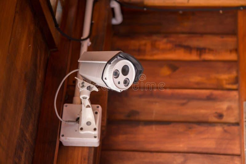 Ochrony CCTV kamery system obserwacji plenerowy dom Zamazany nocy miasta głąbika tło zdjęcie stock