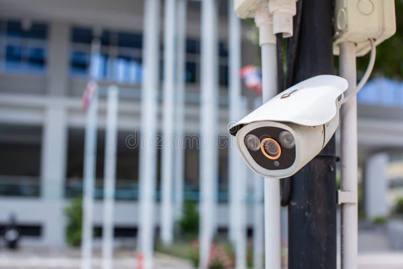 Ochrony CCTV kamery system obserwacji plenerowy dom Zamazany nocy miasta g??bika t?o Nowo?ytna CCTV kamera na ?cianie zdjęcie royalty free