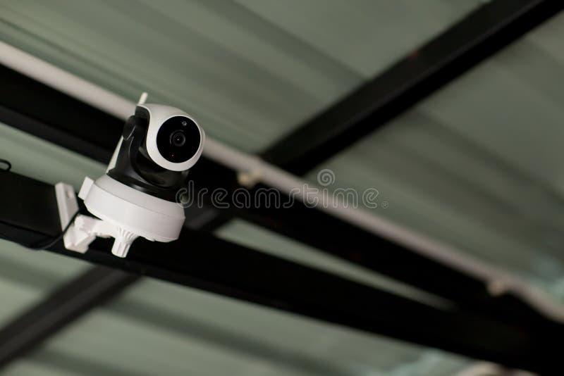 Ochrony CCTV kamery system obserwacji plenerowy dom Zamazany nocy miasta g??bika t?o Nowo?ytna CCTV kamera na ?cianie obrazy stock