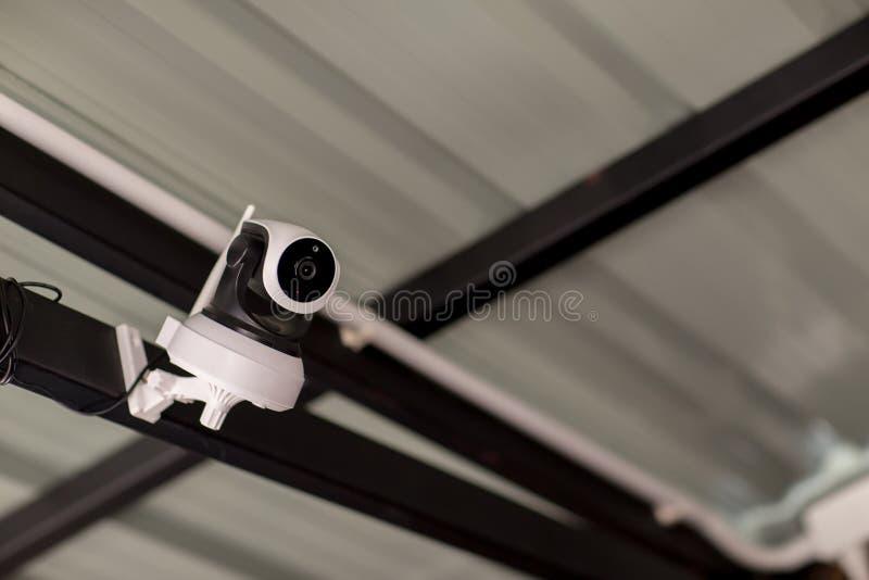 Ochrony CCTV kamery system obserwacji plenerowy dom Zamazany nocy miasta g??bika t?o Nowo?ytna CCTV kamera na ?cianie obraz stock