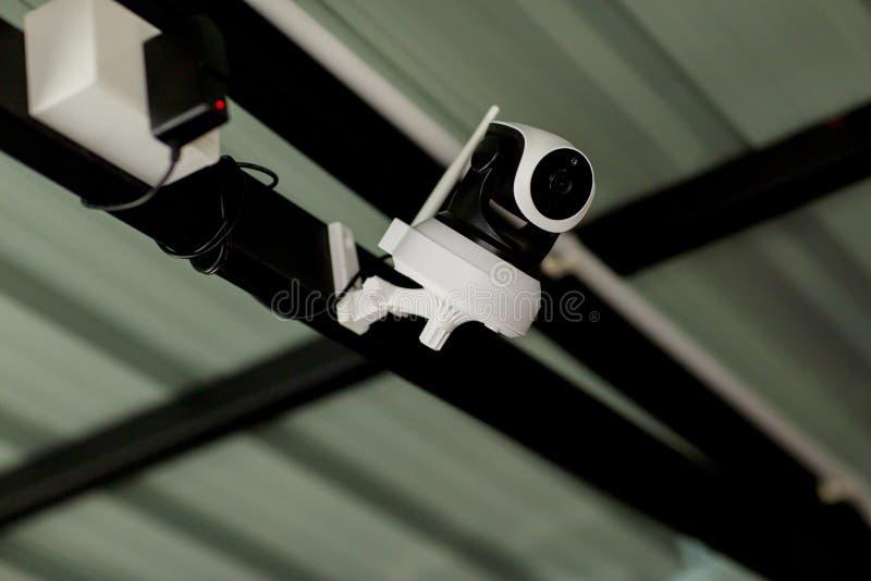 Ochrony CCTV kamery system obserwacji plenerowy dom Zamazany nocy miasta g??bika t?o Nowo?ytna CCTV kamera na ?cianie zdjęcia royalty free