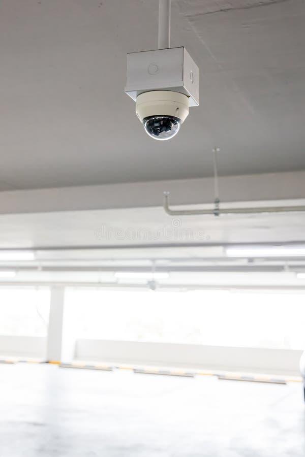 Ochrony CCTV kamery systemu obserwacji parking samochodowy dom lub dom towarowy Zamazany nocy miasta g??bika t?o obraz royalty free