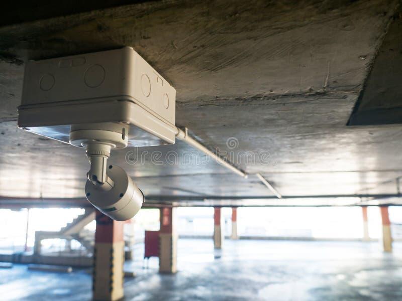 Ochrony wyposażenia pojęcie Zbliżenia CCTV kamery monitorowanie w samochodu parku CCTV kamery inwigilacja na samochodowego parkin zdjęcie stock