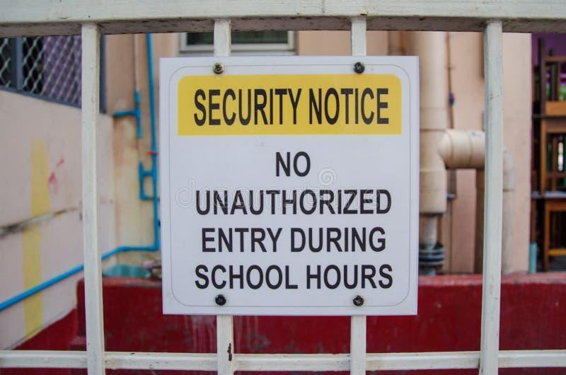 Ochrony zawiadomienie żadny nieupoważniony wejście podczas szkolnych godzin obrazy royalty free