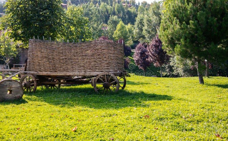 Ochsenkarren und Grünlandschaften, die früher in der Landwirtschaft genutzt wurden stockbild