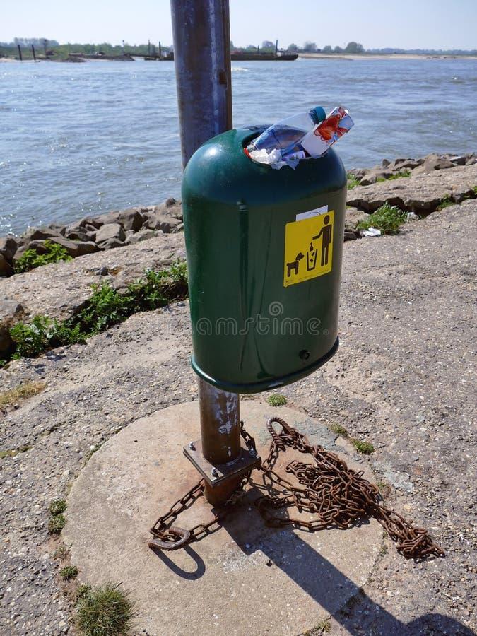 OCHTEN, OS PAÍSES BAIXOS - 21 DE ABRIL DE 2019: Escaninho de desperdício completo em um lugar público perto de um rio fotos de stock