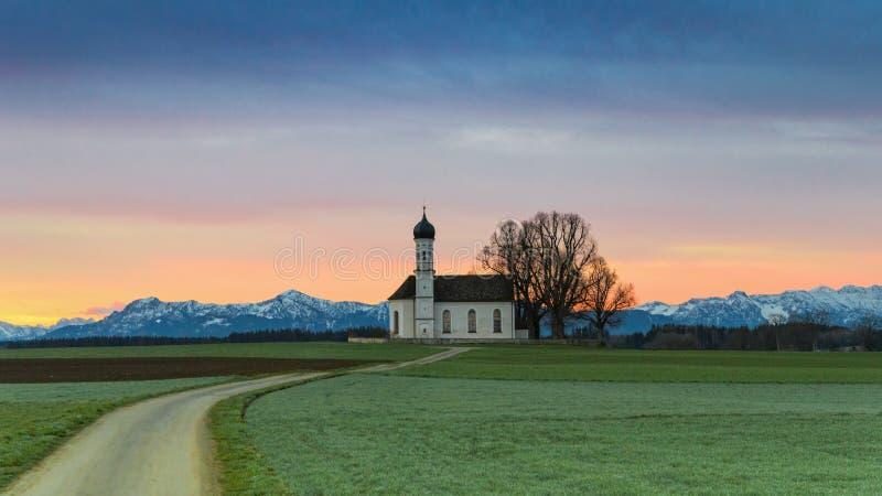 Ochtend Alpien landschap met zonsopgang over St Andreas kapel royalty-vrije stock fotografie