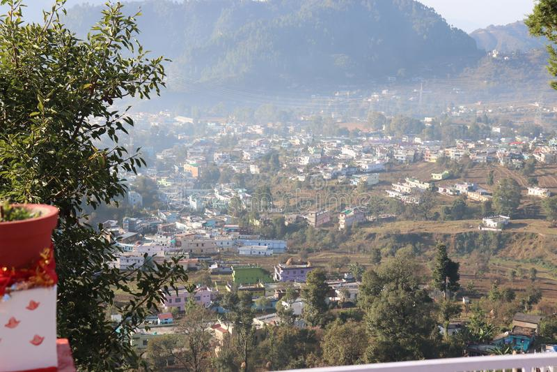 Ochtend bij hlls van Uttarakhand met het kalmeren van wind stock afbeelding