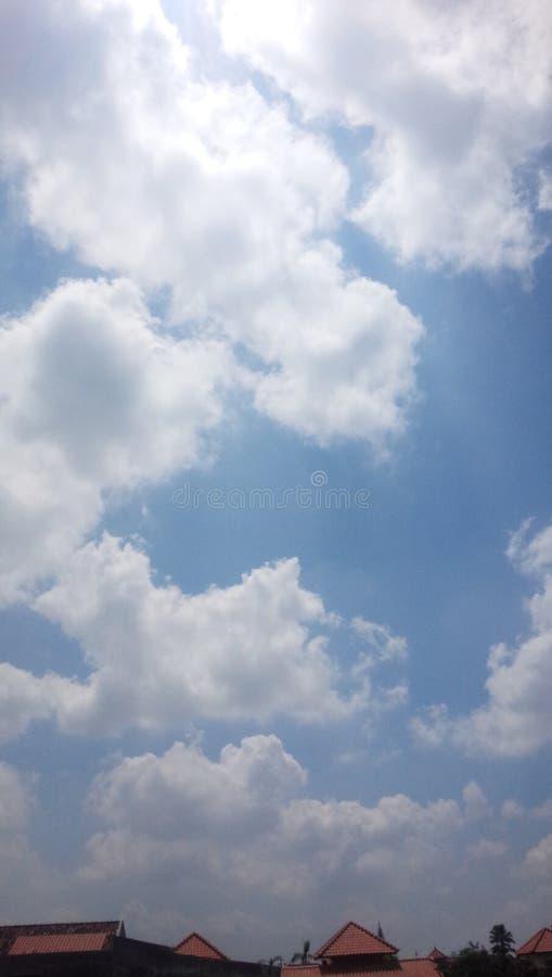 Ochtend blauwe hemel met velen wolk stock afbeelding