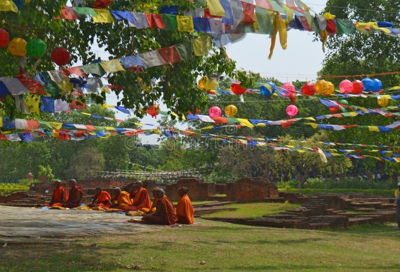 Ochtend Boeddhistische ceremonie in Lumbini, Nepal - geboorteplaats van Boedha stock afbeeldingen