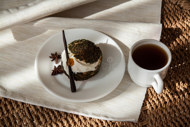 Ochtend eclair met koffie royalty-vrije stock afbeelding