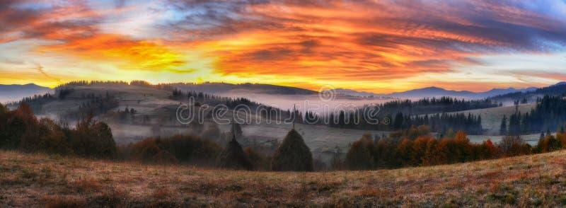 Ochtend een schilderachtige dageraad in de Karpatische Bergen royalty-vrije stock afbeelding