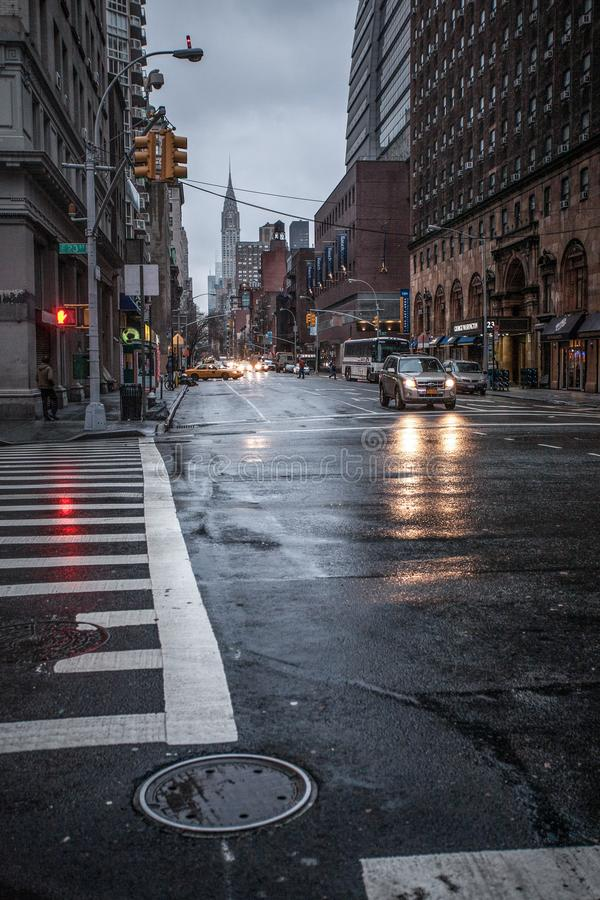 Ochtend en regenachtige straat van Manhattan stock fotografie