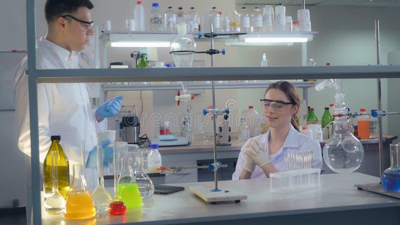 Ochtend in het laboratorium diverse team stock afbeeldingen