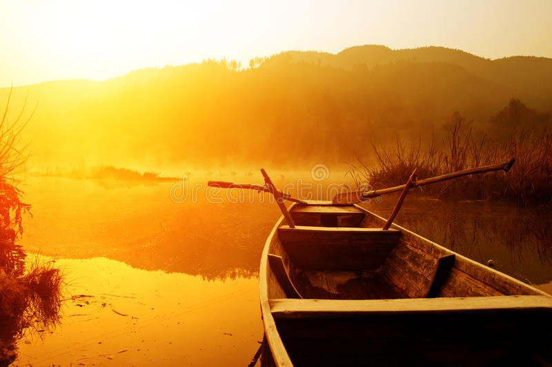 Ochtend, het meer en de boten stock afbeelding