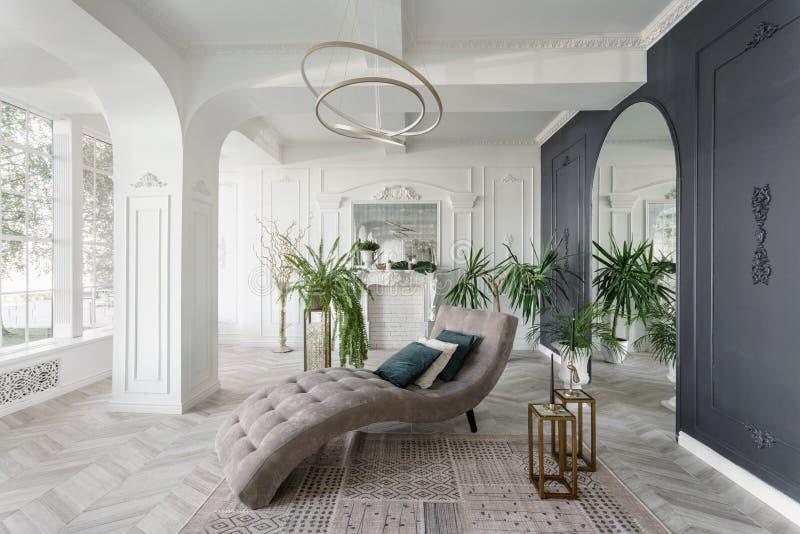 Ochtend in luxueus licht binnenland in hotel Helder en schoon binnenlands ontwerp van een luxewoonkamer met parkethout royalty-vrije stock foto's
