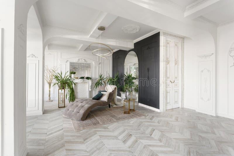 Ochtend in luxueus licht binnenland in hotel Helder en schoon binnenlands ontwerp van een luxewoonkamer met parkethout stock foto's