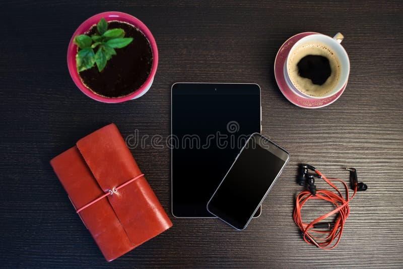 Ochtend met tablet en slimme telefoon stock fotografie