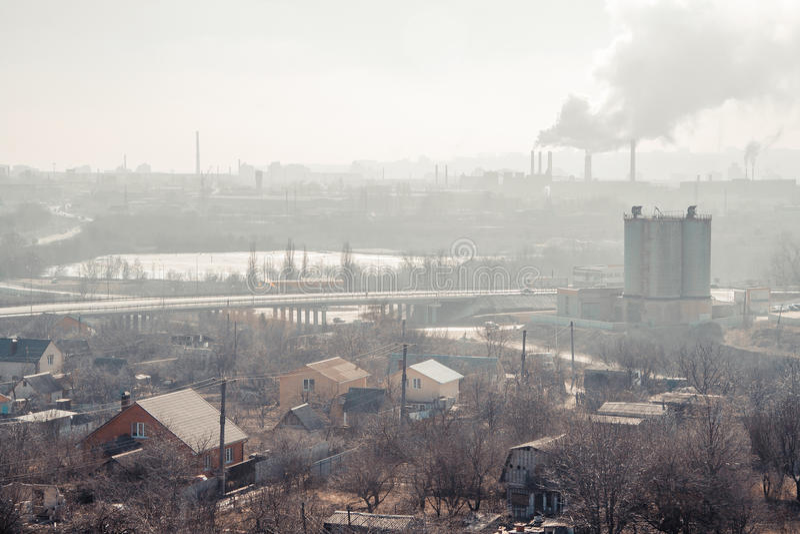 Ochtend, mist, smog, vuile verontreinigde industriezone royalty-vrije stock afbeelding