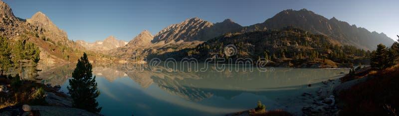 Ochtend op bergmeer stock foto's