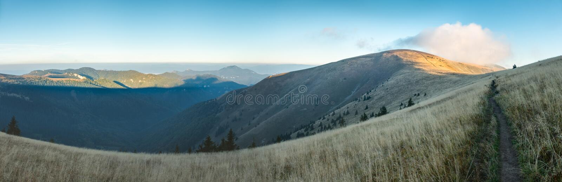Ochtend op bergrand onder blauwe hemel in de recente zomer stock fotografie