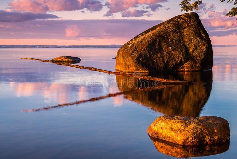 Ochtend op de kust van meer Vattern stock fotografie