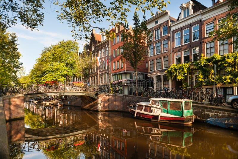 Ochtend op het Kanaal van Amsterdam stock afbeeldingen