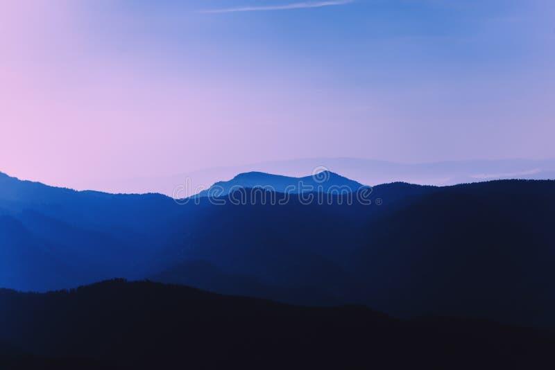Ochtend purpere nevel in de bergen Naaldforest beautiful-landschap royalty-vrije stock afbeelding