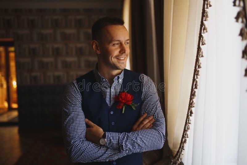 Ochtend van de bruidegom De voorbereiding van de bruidegomochtend Jonge en knappe bruidegom die gekleed in een huwelijksoverhemd  royalty-vrije stock afbeelding