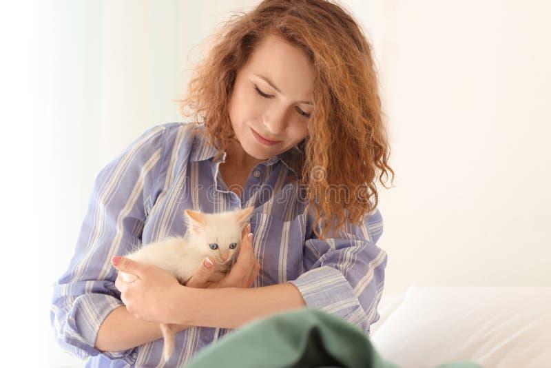 Ochtend van mooie vrouw met leuk katje in slaapkamer royalty-vrije stock afbeelding