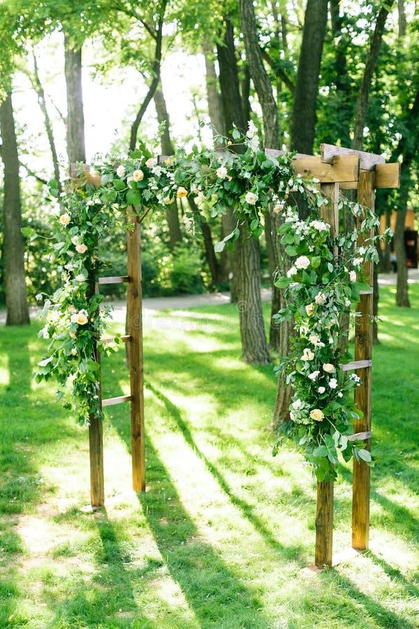 Ochtend, viering, decoratieconcept huwelijksboog in de vorm van hoepels voor ceremonie met witte rozen worden verfraaid die en stock foto's