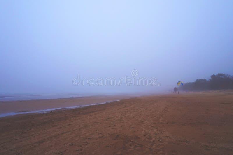 Ochtend witte mist op de kust van de Golf van Finland, Rusland stock afbeelding