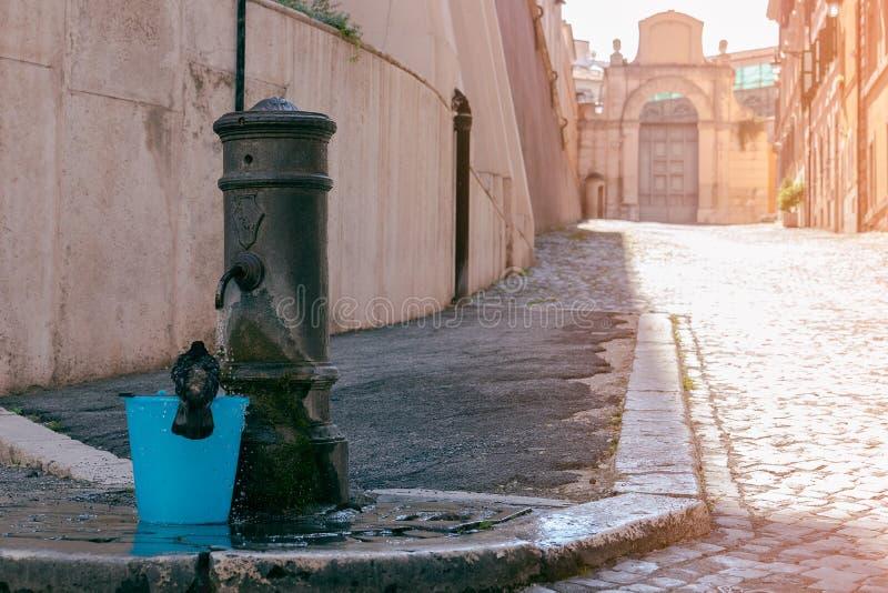 Ochtenddouche Een straat in Rome met een het baden duif in een emmer royalty-vrije stock afbeelding