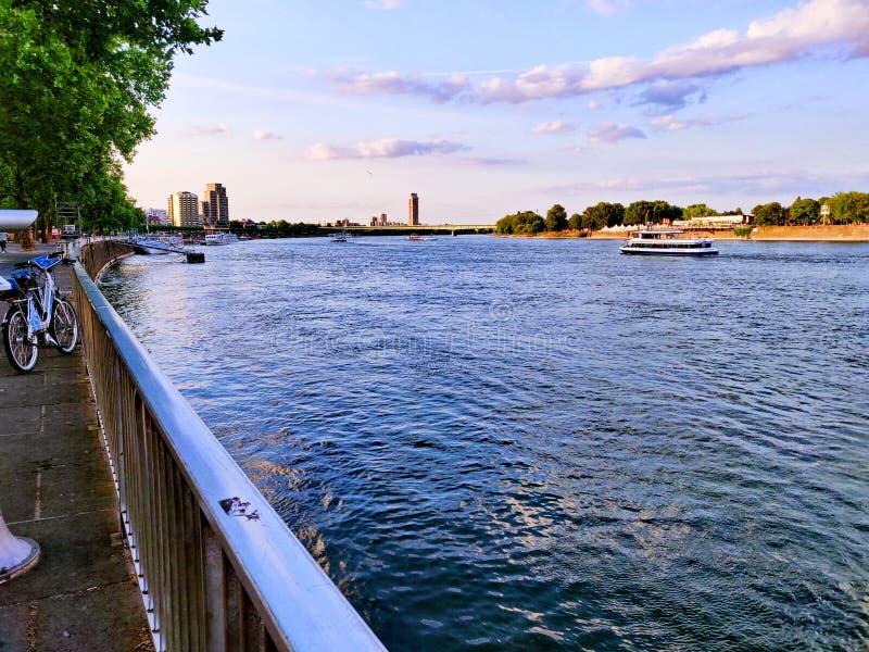 Ochtendgang over de Rijn-rivieroever stock afbeeldingen