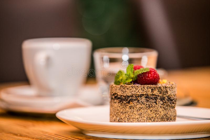 Ochtendkoffie en heerlijke zoete gebakken cake met fruit stock fotografie