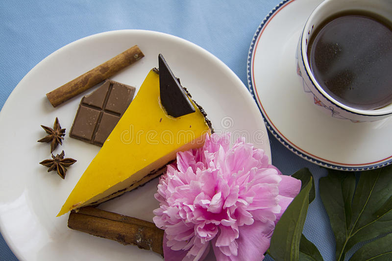 Ochtendkoffie en mangokaastaart 5 royalty-vrije stock foto