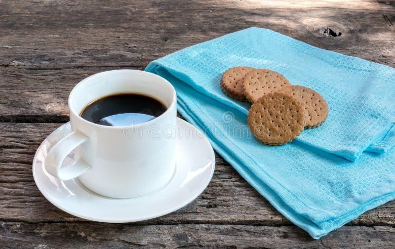 Ochtendkoffie met koekjes op houten lijst stock foto's