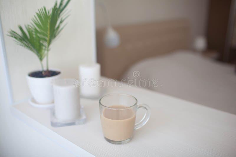 Ochtendkop van hete koffie op de lijst royalty-vrije stock afbeeldingen