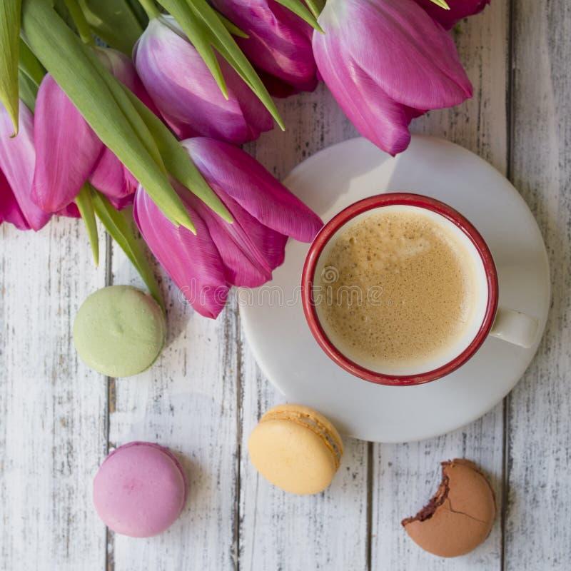 Ochtendkop van koffie, cake macaron stock foto's
