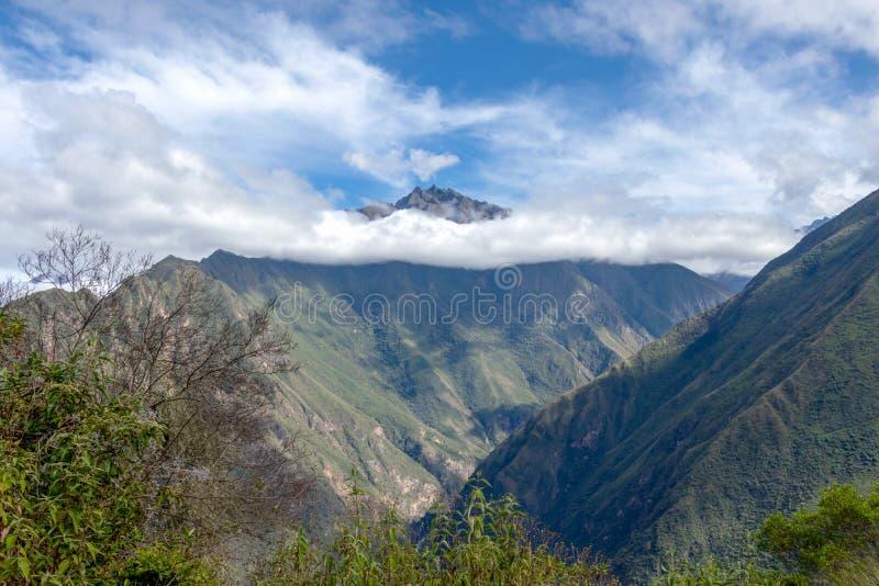 Ochtendlandschap met Peruviaanse die de bergenpieken van de Andes met wolken bij zonsopgang worden behandeld royalty-vrije stock fotografie
