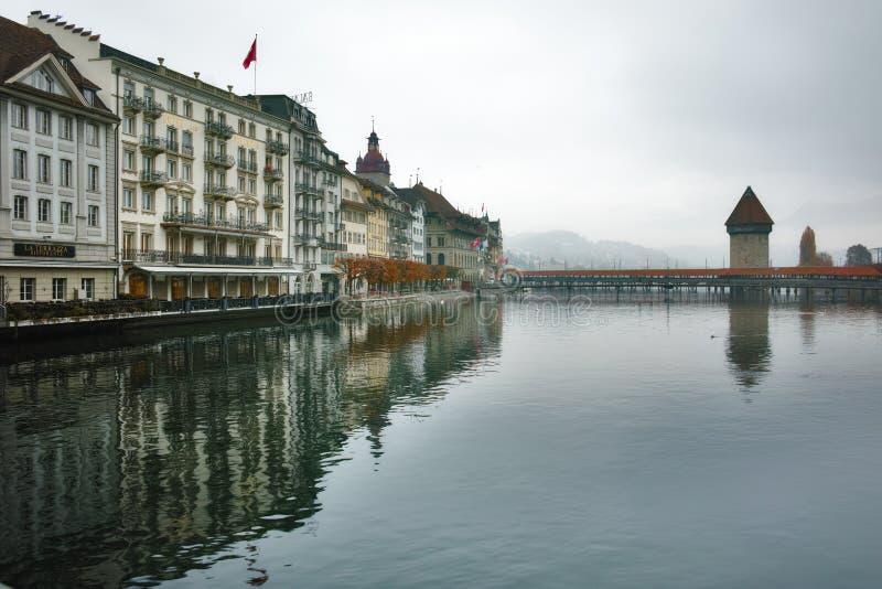 Ochtendlandschap van Kapelbrug over Reuss-Rivier, stad van Luzerne, Zwitserland stock foto's