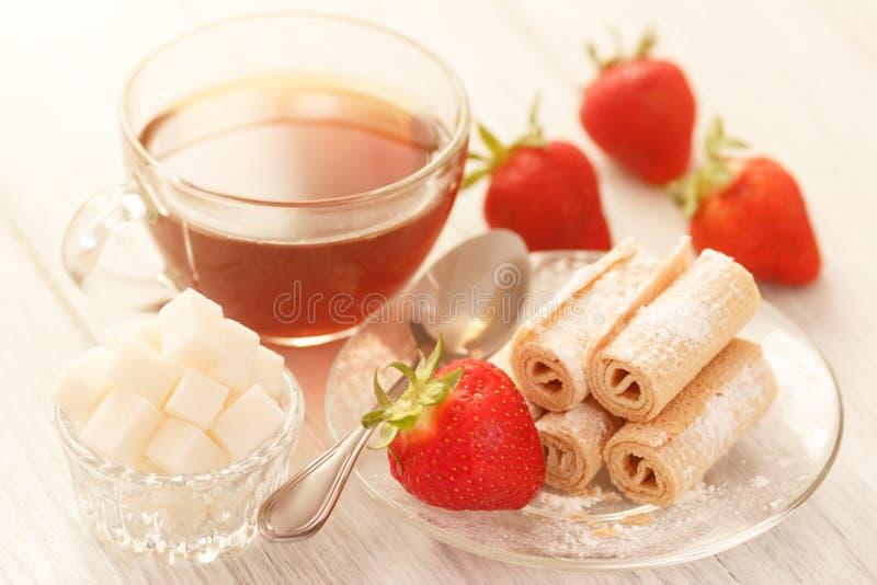 Ochtendlunch met thee, suiker en zoete wafelbroodjes stock foto