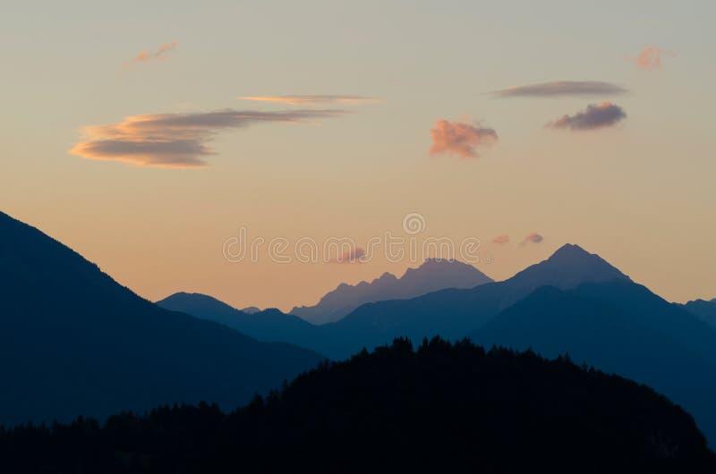 Ochtendmening aan Julian Alps boven Afgetapt meer, Slovenië, het nationale park van Triglav, Europa stock afbeeldingen
