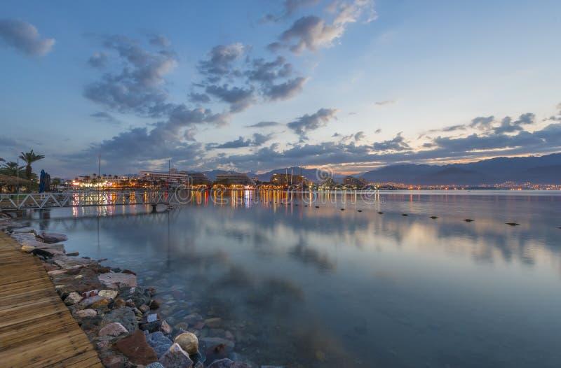 Ochtendmening over de de golf en de toevluchthotels van Aqaba van Eilat, Israël royalty-vrije stock foto's