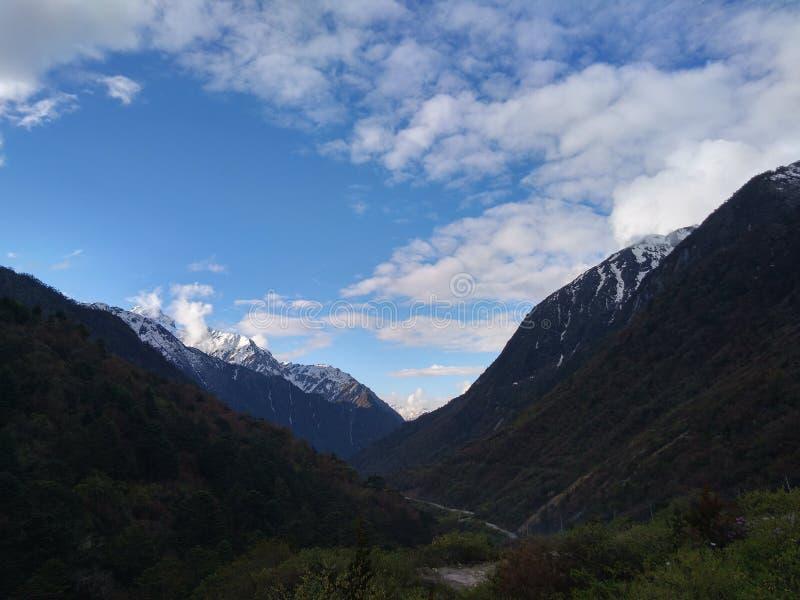 Ochtendmening van mooie bergvallei stock fotografie